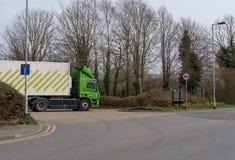 显示它的送货卡车之一的知名,英国超市连锁在超级市场carpark的后面 库存照片