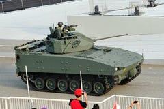 显示它的Bionix步兵作战车辆的新加坡武力(SAF)在国庆节游行(NDP)排练期间2013年 图库摄影