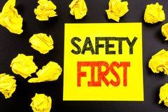 显示安全第一安全警告的概念性手文字文本企业概念写在稠粘的便条纸 被折叠的黄色p 免版税库存照片