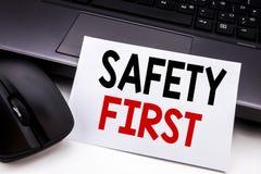 显示安全第一安全警告的概念性手文字文本说明启发企业概念写在稠粘的笔记pa 图库摄影