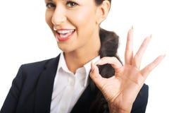 显示完善的标志的女实业家 免版税库存照片