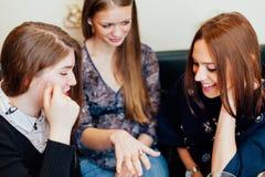 显示定婚戒指的女孩对朋友 库存照片