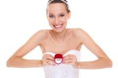显示定婚戒指箱子的激动的新娘妇女 免版税库存图片