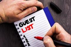 显示客人名单概念性照片计划婚礼或事件的手写的文本标志重要客人在笔记本写的名单Bo 免版税库存图片