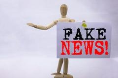 显示宣传报纸伪造品新闻的概念性手文字文本说明启发假新闻企业概念书面  库存图片