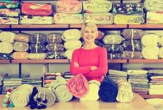 显示家庭纺织品的宽分类的资深卖主 免版税图库摄影