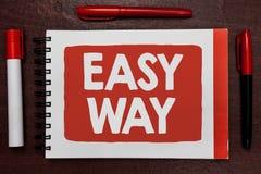 显示容易的方法的文本标志 做出在两和更多努力方法重要想法highligh之间的概念性照片决策 免版税库存图片