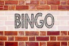显示宾果游戏的概念性公告文本说明启发 在的赢取价格成功writt的赌博上写字企业概念 免版税库存照片