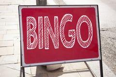显示宾果游戏的概念性手文字文本说明启发 在的赢取价格成功writt的赌博上写字企业概念 免版税库存照片