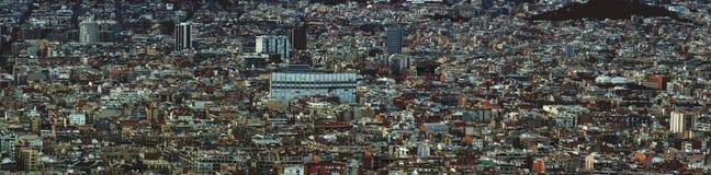 显示密集地拥挤大厦塔和街道的巴塞罗那都市风景的全景空中都市风景视图 免版税库存图片