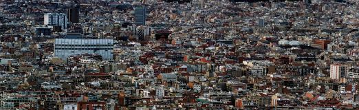 显示密集地拥挤大厦塔和街道的巴塞罗那都市风景的全景空中都市风景视图 库存图片