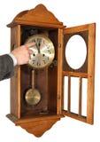 显示对十二葡萄酒墙壁的时钟五 库存图片