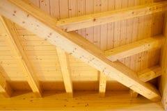 一块室内木天花板的建筑细节 免版税图库摄影