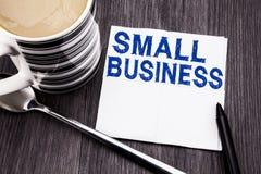 显示小企业的手写的文本 Family的Owned在的薄纸手帕写的Company企业概念 免版税库存照片
