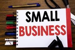 显示小企业的手写的文本 Family的Owned在笔记本写的Company企业概念,与的木背景 免版税库存图片