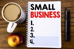 显示小企业的手写的文本 Family的Owned在笔记薄在木struc的便条纸写的Company企业概念 免版税库存照片