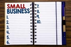 显示小企业的文字文本 Family的Owned在笔记本便条纸写的Company企业概念,木背景w 免版税库存图片