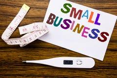 显示小企业的概念性手文字文本说明 Family的Owned在稠粘的笔记pape写的Company企业概念 免版税库存照片