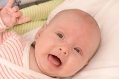 显示岩石标志的女婴 免版税库存照片