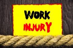 显示工作伤害的手写的文本标志 概念性作为在稠粘的笔记其次写的紧急保护的照片坏身体事故 免版税库存图片