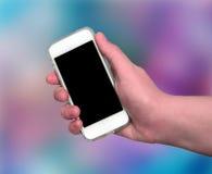 显示巧妙的电话的妇女手 免版税图库摄影