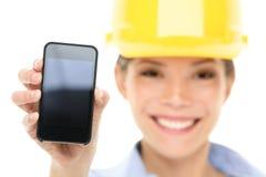显示巧妙的电话的工程师妇女 库存照片