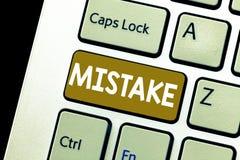 显示差错的概念性手文字 陈列某事的企业照片不正确缺乏准确性错误 免版税图库摄影