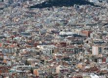 显示巴塞罗那住宅和有可看见数百的商业区全景空中都市的风景的大厦 免版税库存图片