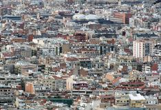 显示巴塞罗那住宅和有数百的商业区全景空中都市的风景大厦 库存图片