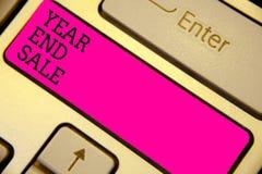 显示年和销售的文字笔记 企业照片陈列的年鉴打折节日清除传统键盘桃红色 免版税图库摄影