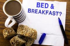 显示床早餐假日旅途旅行的手写的文本企业概念写在木backgro的薄纸 免版税库存照片