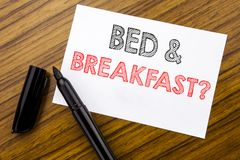 显示床早餐假日旅途旅行的文字文本企业概念写在木backgr的稠粘的便条纸 库存图片