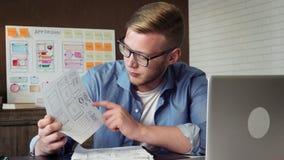 显示应用原型的年轻机动性app开发商对他的使用电视电话会议的客户 影视素材