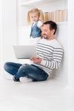 显示录影的快乐的宜人的父亲对他的女儿 库存图片