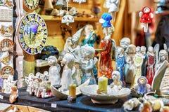 显示待售一点天使形象在里加圣诞节市场上 免版税库存照片