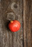 显示微笑的妇女的果子石榴 库存照片