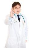 显示微笑的年轻人的医生姿态医疗ok 免版税库存图片