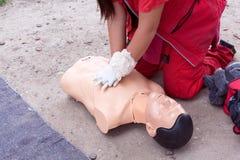 显示心肺复苏术- CPR的女性医务人员  库存照片