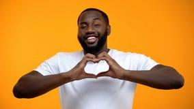 显示心脏姿态,愉快的联系,相识的爱的美国黑人的人 免版税库存图片