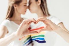 显示心脏用手的女性夫妇 免版税库存照片