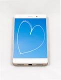 显示心脏的整个银幕的图片在天空的智能手机 免版税库存照片