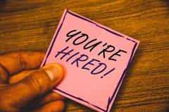 显示您的文字笔记是被聘用的诱导电话 陈列新的雇员的企业照片吸收了工作者选择 免版税库存图片