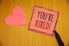显示您的文字笔记是被聘用的诱导电话 陈列新的雇员的企业照片吸收了工作者选择 库存照片
