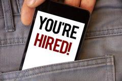 显示您的概念性手文字是被聘用的诱导电话 企业照片发短信给新的雇员被吸收的工作者选择 免版税库存图片