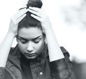 显示悲伤和重音的沮丧的青少年的女孩 免版税库存图片