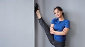 显示惊人舒展的微笑的亚裔专业跳芭蕾舞者或pilates妇女 股票录像