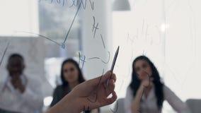 显示惯例的女性医生手在lection时上与年轻实习生在会议室 股票视频