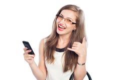 显示愉快的女商人拿着智能手机和告诉我标志 库存照片