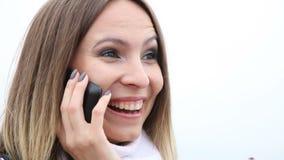 显示愉快的女孩谈话在手机和好 影视素材