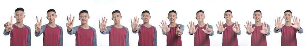 显示愉快的年轻亚裔的人拼贴画计数从一个的标志到十,当微笑确信和愉快时 免版税图库摄影